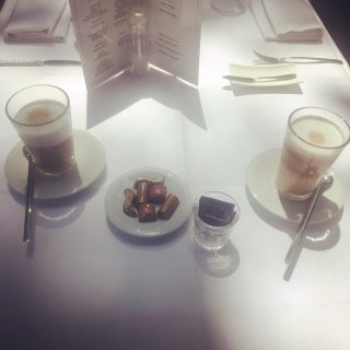 ☕️Een heerlijke Nespresso latte met pralines van House of Chocolate! 🤩Loic en Quinten van House of Chocolate hebben een serieuze boon voor chocolade en dat proef je in hun pralines! 🤩Je kan ze zelf komen proeven bij een heerlijk kopje koffie van Nespresso after dinner or lunch! #nespresso #houseofchocolate #antwerp #antwerpen #antwerprestaurants #antwerpenrestaurant #antwerpenrestaurants #antwerpenresto #antwerpencity #antwerpen🇧🇪 #antwerpenbistrot #antwerpbistrot #bistrotfood #antwerpdining #antwerpendining #zirkstraat #zirkstraat23 #zirkstraatantwerpen #bistrotfoodantwerp #bistrotfood #bistrotfoodie #hope #endoflockdown #reddehoreca #takeawayantwerpen